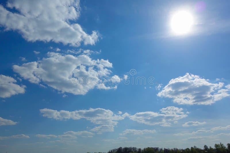 Himmel: Beschaffenheitshintergrund, Muster, Tapete Cirrocumulus- und Kumuluswolken, die schönes Wetter bedeuten: Es gibt noch zie lizenzfreies stockbild
