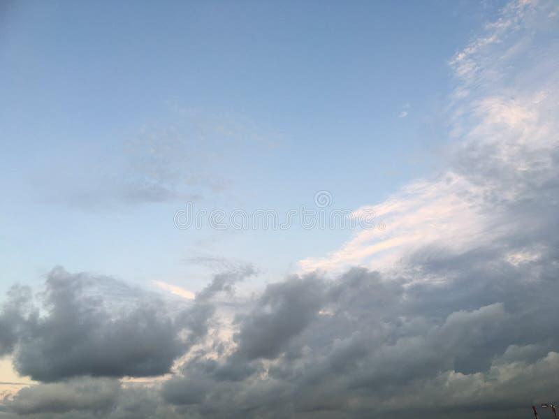 Himmel: Blau und weiß lizenzfreie stockbilder