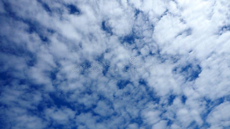 Himmel-Blau und Zusammenfassungswolke voll und Beleuchtung verblassen weg lizenzfreies stockfoto