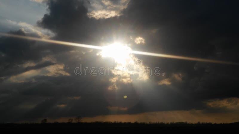 Himmel, der durch glänzt stockbilder