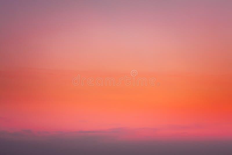 Himmel des Sonnenuntergang-Sonnenaufgang-freien Raumes in den orange, rosa und magentaroten Farben frech lizenzfreie stockbilder