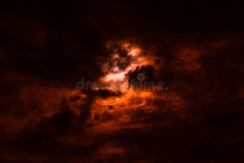 Himmel des verheerenden Feuers mit rauchigen schwarzen und roten Wolken, abstraktes Ba der Natur lizenzfreie stockfotografie