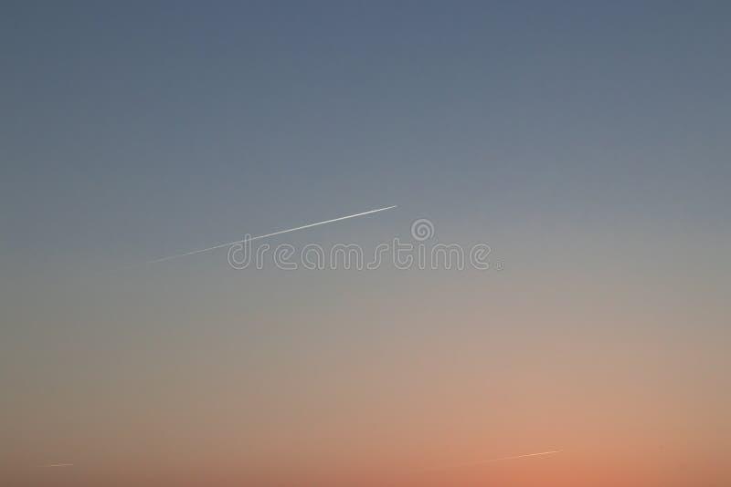 Himmel an einem Sommer-Tag mit einem Flugzeug lizenzfreie stockfotografie