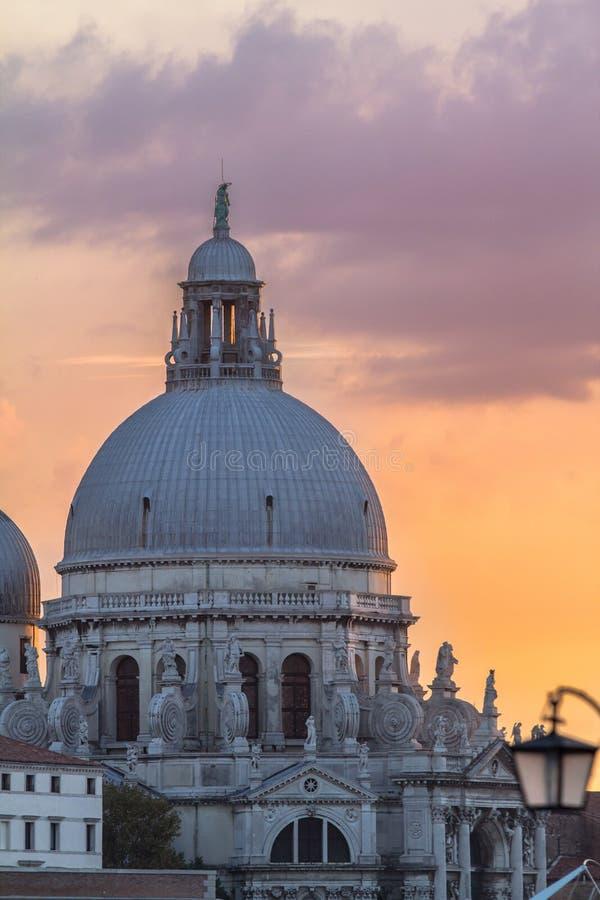 Himmel för honnör och för solnedgång för basilikaSanta Maria della, Venedig royaltyfri bild
