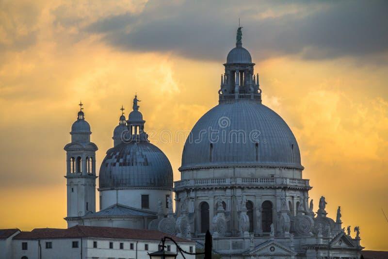 Himmel för honnör och för solnedgång för basilikaSanta Maria della, Venedig arkivbilder