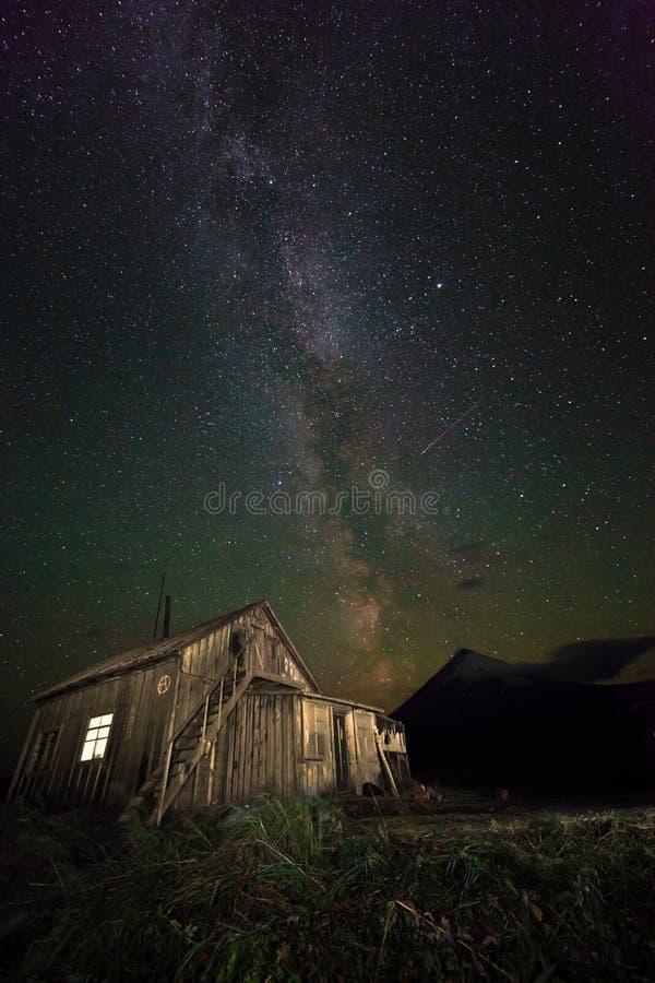 Himmel för Kamchatka bergstjärna och tappninghus royaltyfria bilder