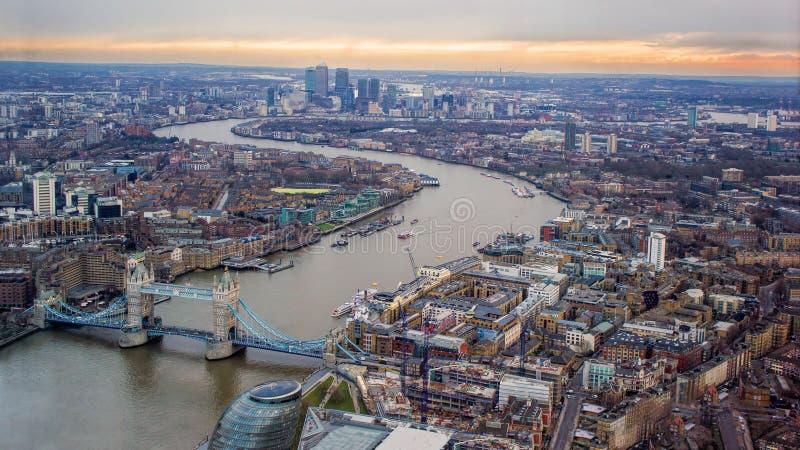 Himmel för London aftonsolnedgång Se östligt, flodThemsen, tornbro, Canary Wharf royaltyfria bilder