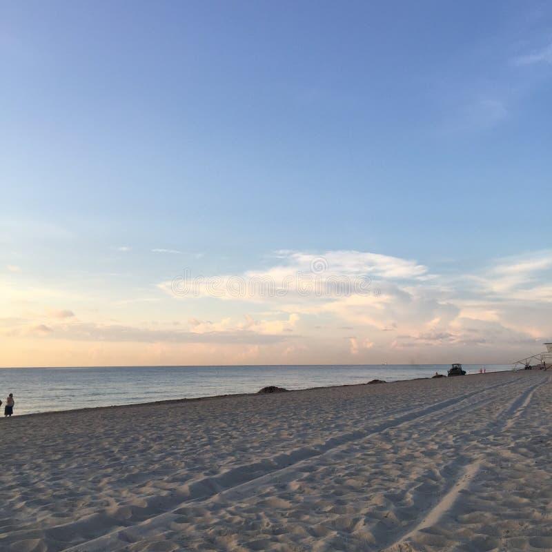 Himmel för sandig strand royaltyfri bild