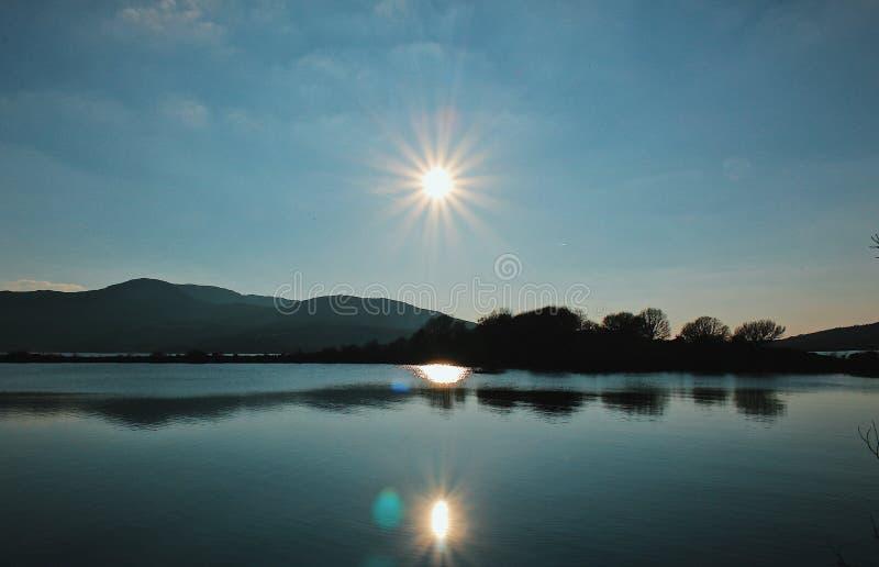 Himmel för sikt för spegel för sjö för natursoluppgångsolnedgång blå arkivbilder