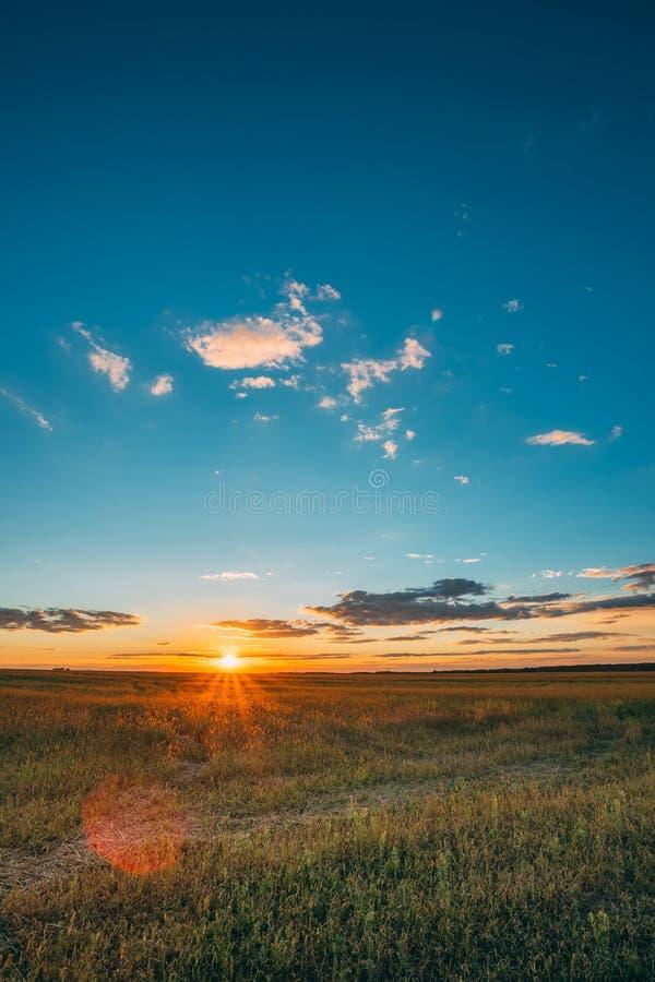 Himmel för sommarsolnedgångsoluppgång ovanför lantligt änglandskap för bygd Sol som stiger ovanför lantligt bygdfält royaltyfria bilder