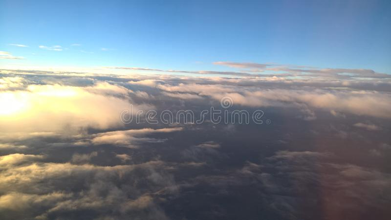 Himmel fördunklar över molnsikt från ovannämnt ljus - blå blå vit royaltyfria bilder