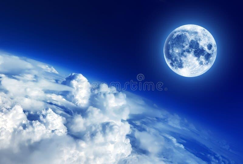 Himmel fördunklar nedanför månen, månebild royaltyfria foton