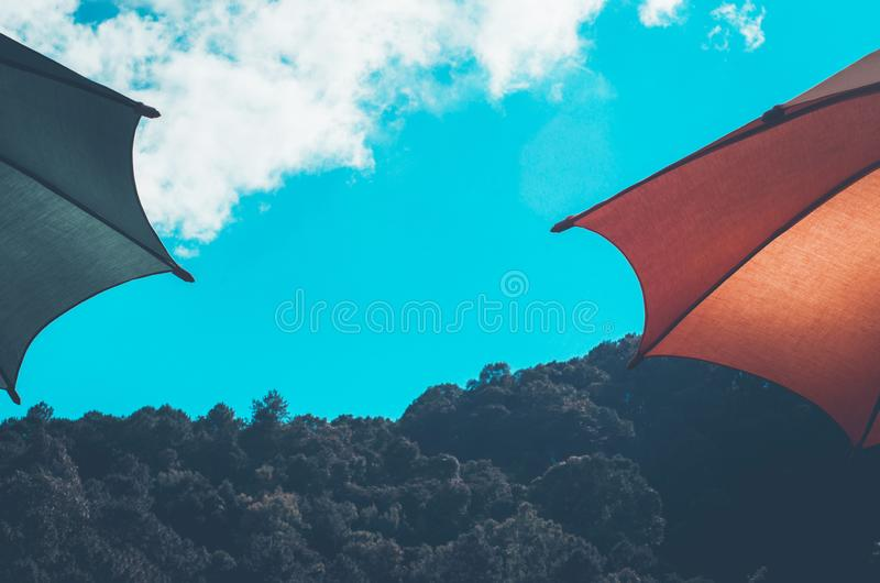Himmel-, Grüner und Roterregenschirm stockfotos