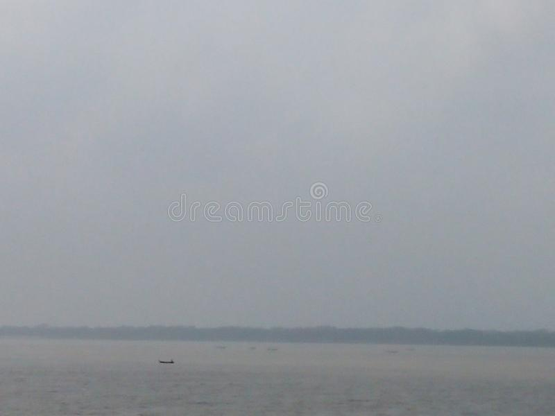 Himmel im Herzen von Fluss stockfotografie