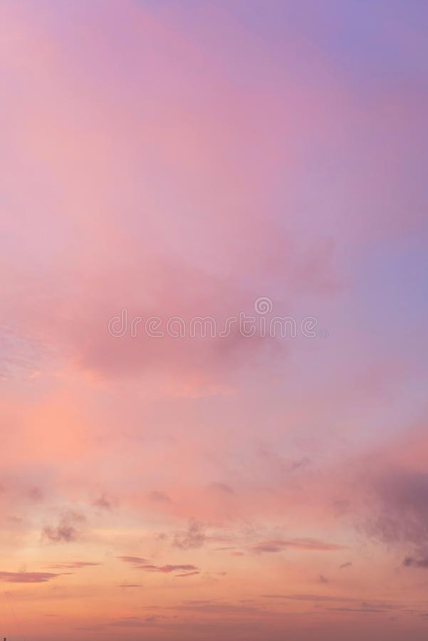 Himmel im Rosa und in den blauen Farben der Effekt des hellen Pastells gefärbt von den Sonnenuntergangwolken bewölken sich auf de lizenzfreie stockbilder