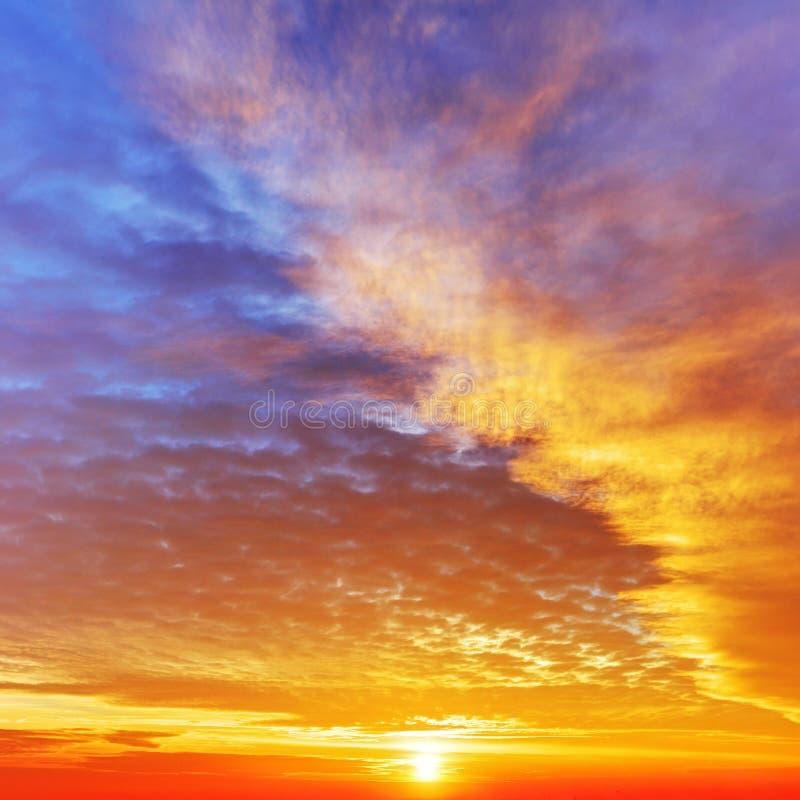 Himmel med dramatisk molnig solnedgång och solen fotografering för bildbyråer