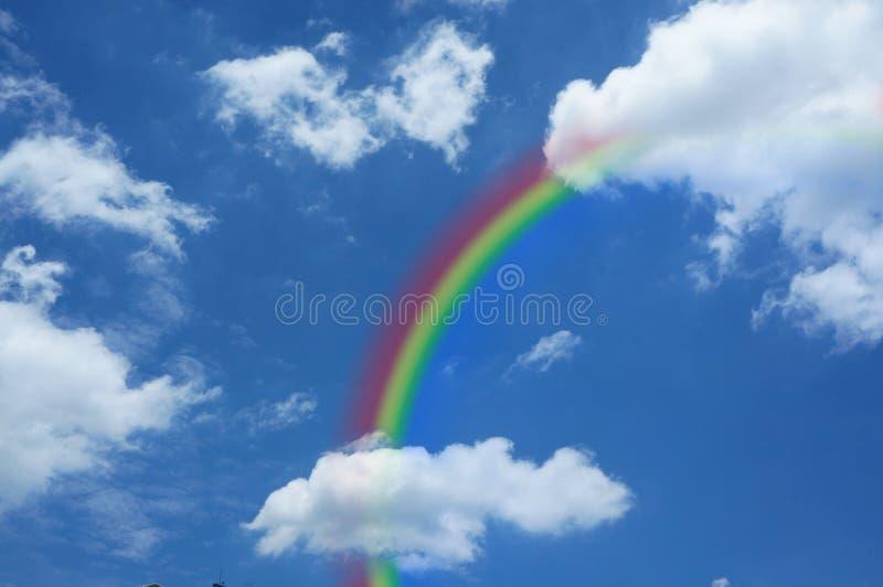 Himmel med en regnbåge royaltyfria bilder