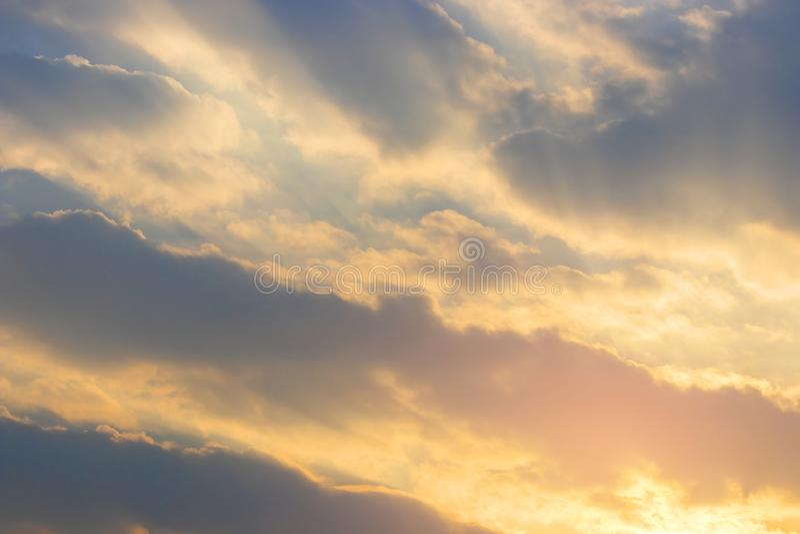 Himmel med moln p? solnedg?ng- och soluppg?ngtid royaltyfri fotografi