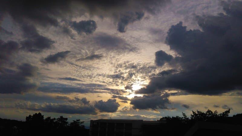 himmel med silvriga moln royaltyfri foto
