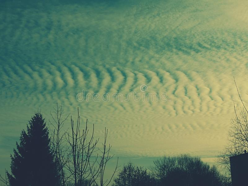 Himmel mit flaumigen Wolken stockbilder