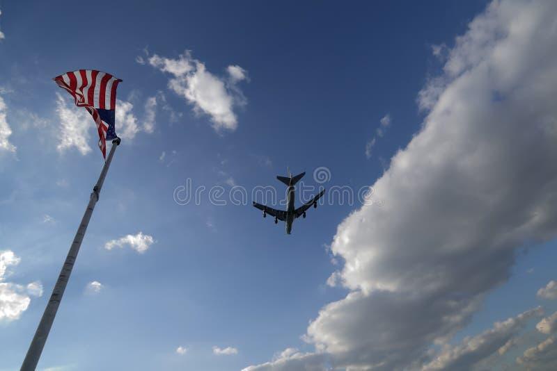 Himmel mit Flugzeug und Markierungsfahnen stockfotografie