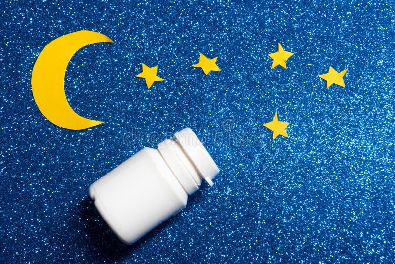 Himmel mit Mond und Sternen und Schlaftabletten stockfotografie