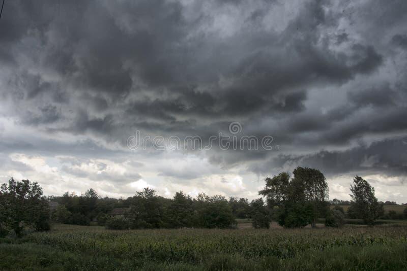 Himmel mit Sturmwolken über einem Feld in Ungarn lizenzfreie stockfotografie