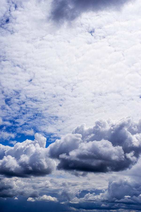 Himmel mit Sturmwolken stockbilder