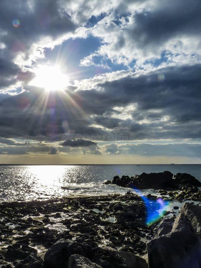 Himmel mit Wolken über Felsen Schwarzen Meers lizenzfreies stockfoto