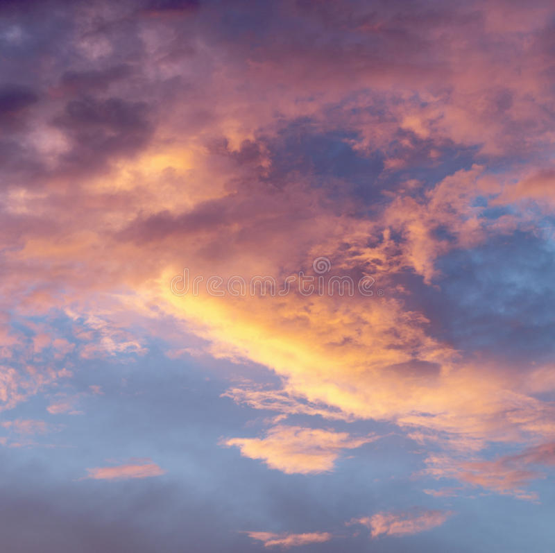Himmel mit Wolken während des Sonnenuntergangs stockfoto