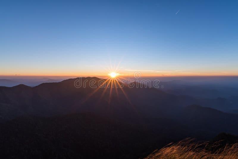 Himmel och berg efter soluppgång i Kanchanaburi, Thailand royaltyfri fotografi
