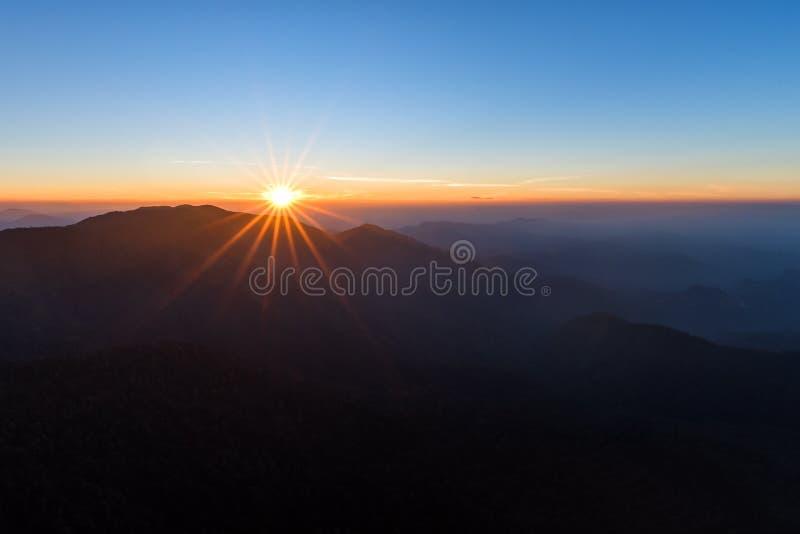 Himmel och berg efter soluppgång i Kanchanaburi, Thailand arkivfoto