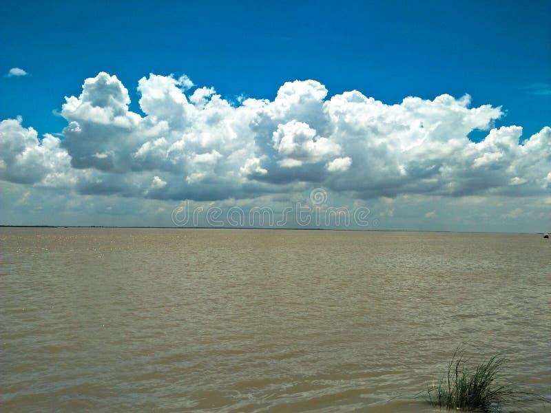 `-Himmel och flod för regniga säsonger arkivfoton