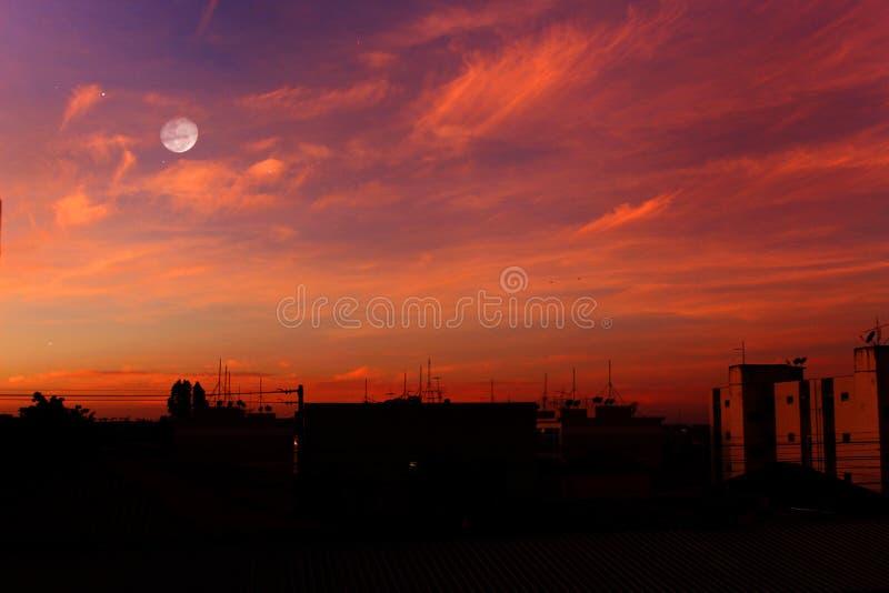 Himmel och månen, härlig sikt arkivbild