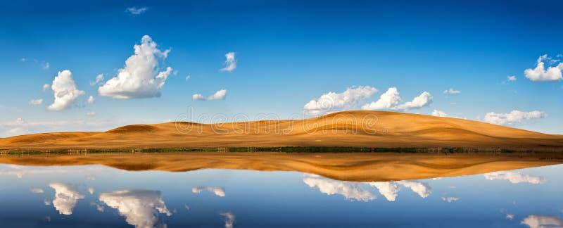 Himmel och moln för vår klar blå Reflexion i vattnet arkivbild