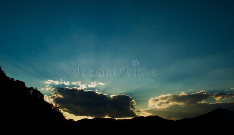 Himmel och moln med solstrålar royaltyfria foton