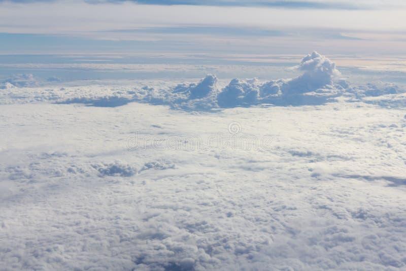 Himmel och moln som ser formflygplanfönstret royaltyfria foton