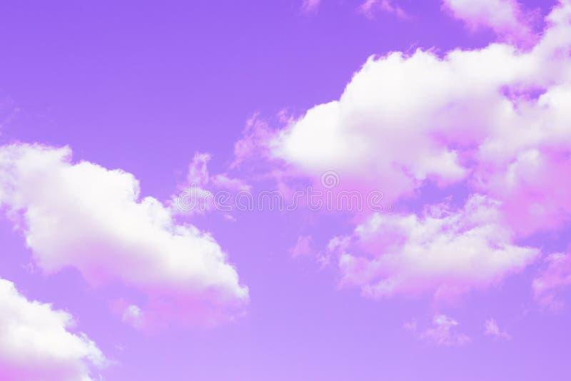 Himmel och rosa moln textur, bakgrund som tonas arkivfoto