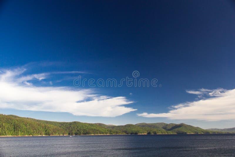Himmel och skog på den Enisey floden arkivbilder
