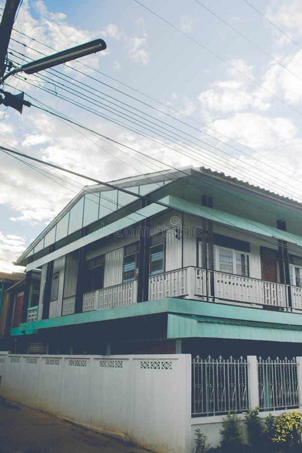 Himmel och solljus på lantligt hus arkivbilder
