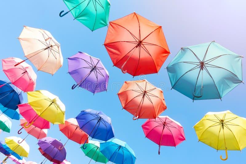 Himmel- och sommarparaplyer royaltyfri foto
