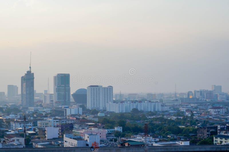 Himmel och staden arkivbild