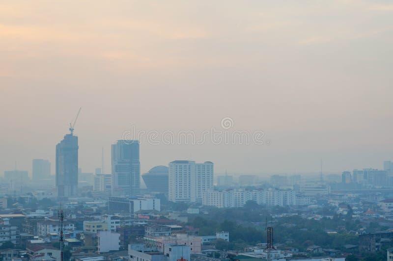 himmel och staden med dimma arkivfoto
