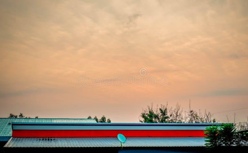 Himmel-orange Schauen durch Haus lizenzfreies stockfoto