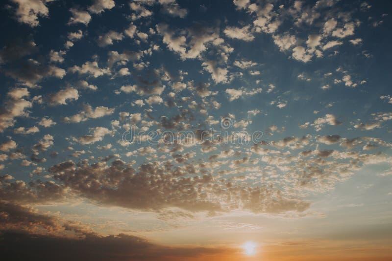 Himmel på solnedgången: abstrakta färgrika moln: bakgrunds- och naturbegrepp arkivbilder