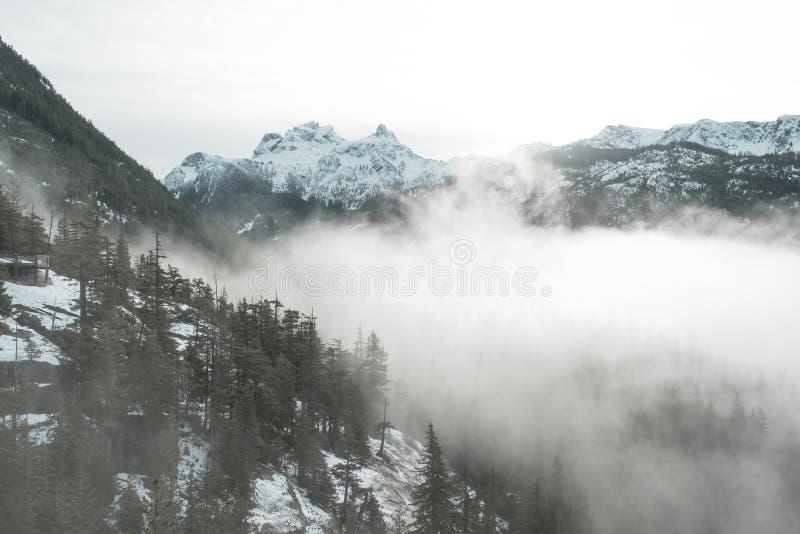 Himmel-Pilotberg steht hoch und an einem bewölkten Tag nahe Vancouver stolz stockfotografie