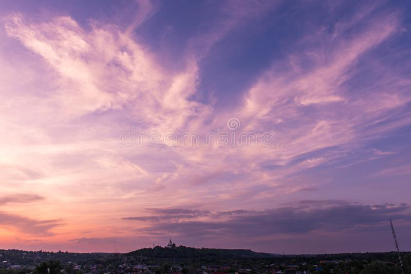 Himmel poltava Ukraina för solnedgång för ortodox kyrka magentafärgad arkivfoton