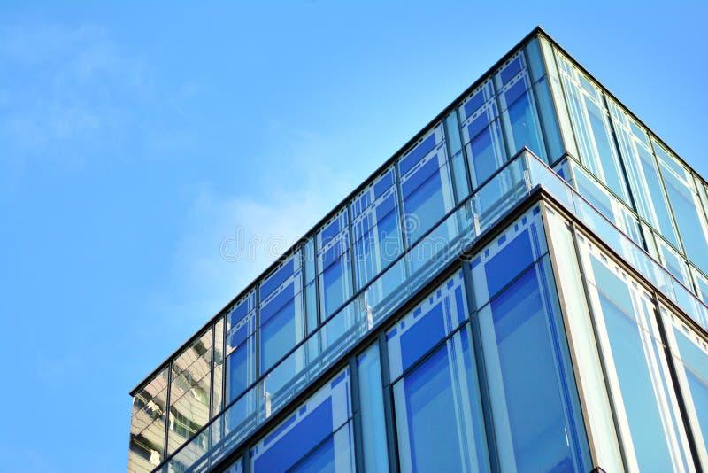 Himmel reflektierte sich in einer modernen errichtenden Glasfassade lizenzfreies stockfoto