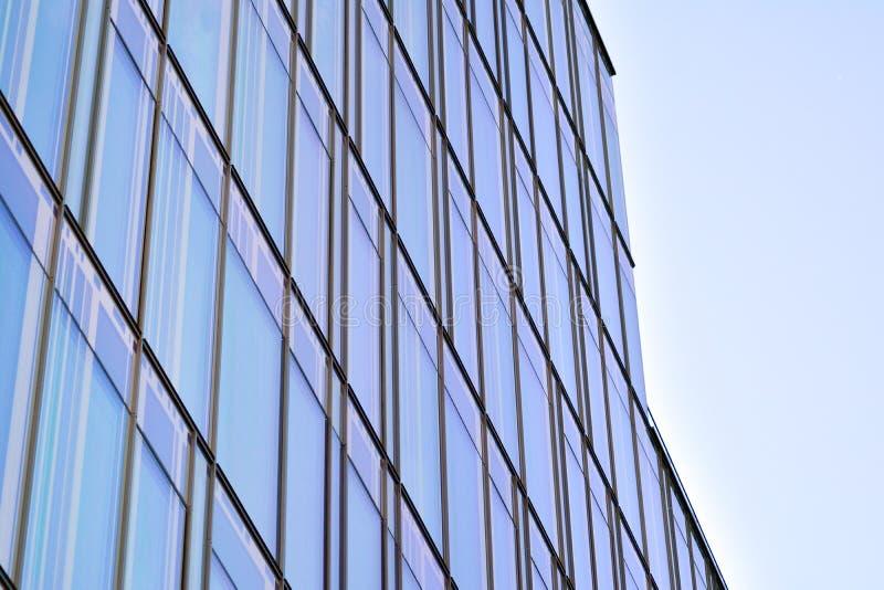 Himmel reflektierte sich in einer modernen errichtenden Glasfassade lizenzfreie stockbilder