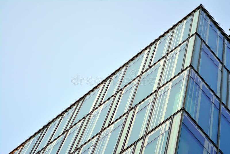 Himmel reflektierte sich in einer modernen errichtenden Glasfassade stockbild